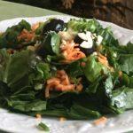 Pousses d'épinards, carottes, olives
