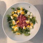 Salade de pissenlits, oeuf et lardons bio