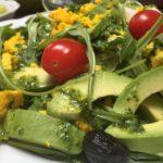 salade roquette, avocat, tomate, œuf et olives