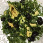 Salade de roquette, avocat et olives