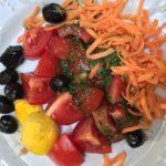 Salade de tomates, carottes, oeuf et olives